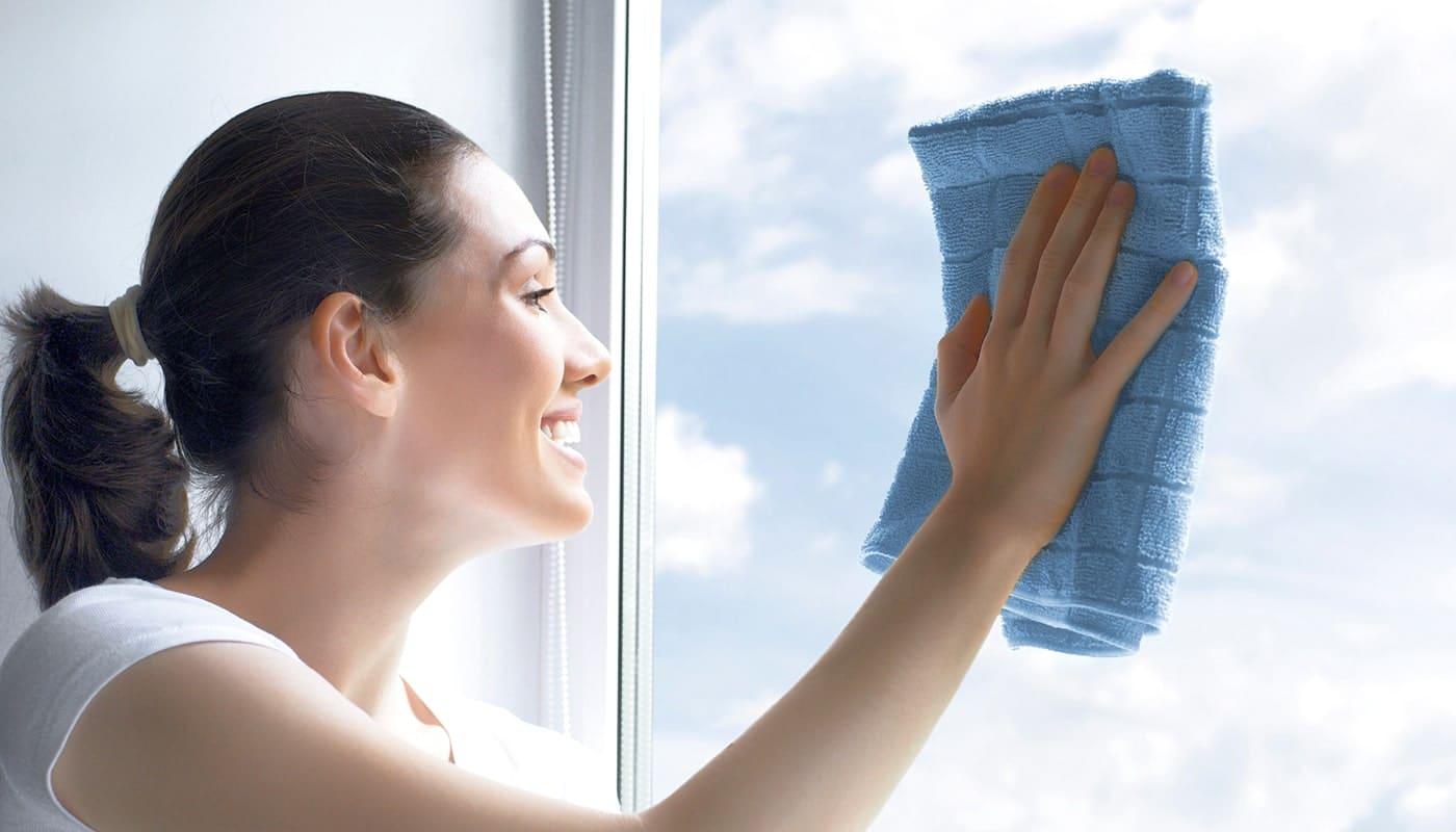 Девушка чистит ПВХ окно