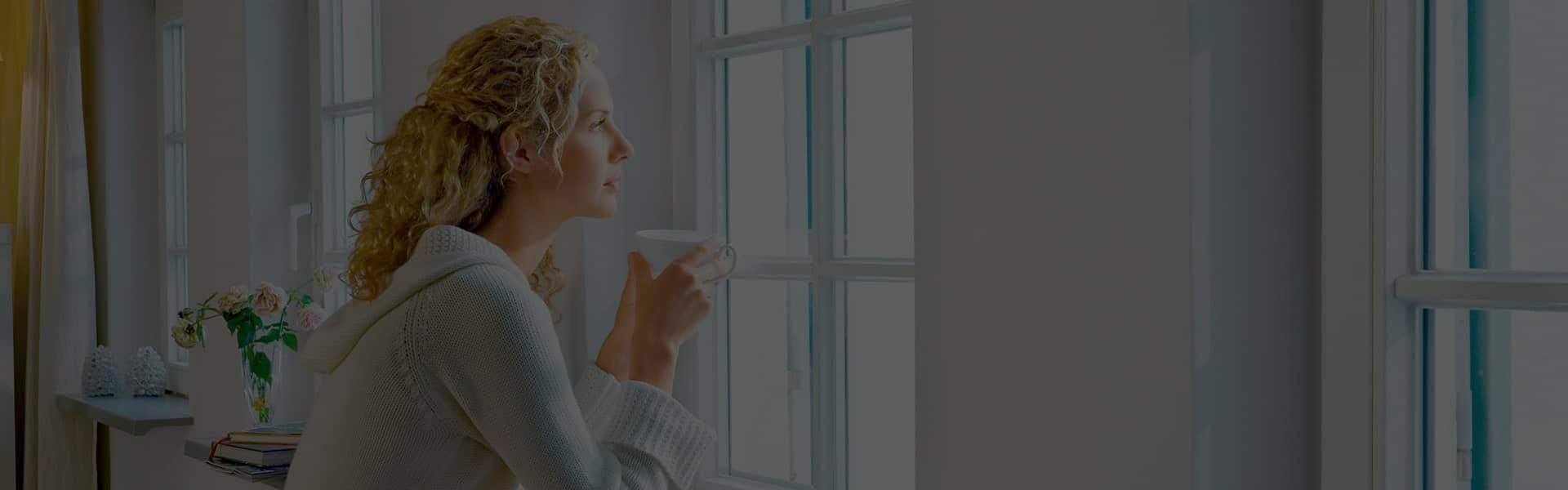Девушка зимой смотри в окно