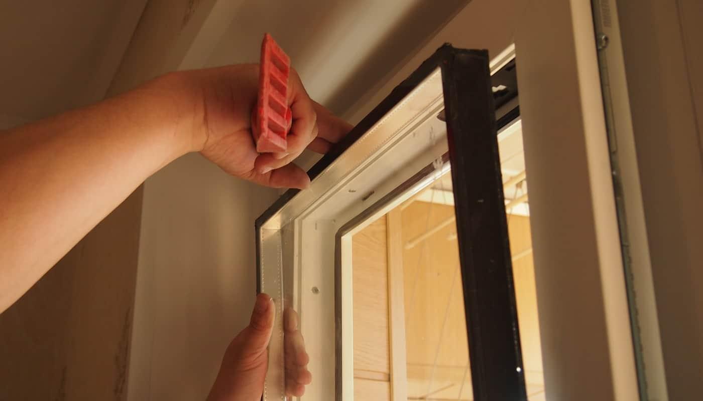 Фото мастер ремонтирует окно