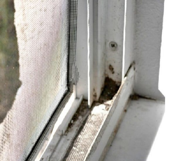 Фотография грязного ПВХ окна