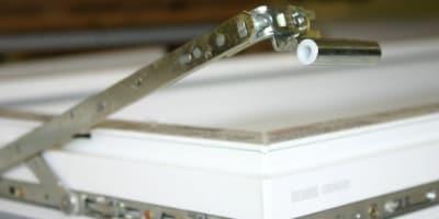 Фото оконной фурнитуры крупным планом